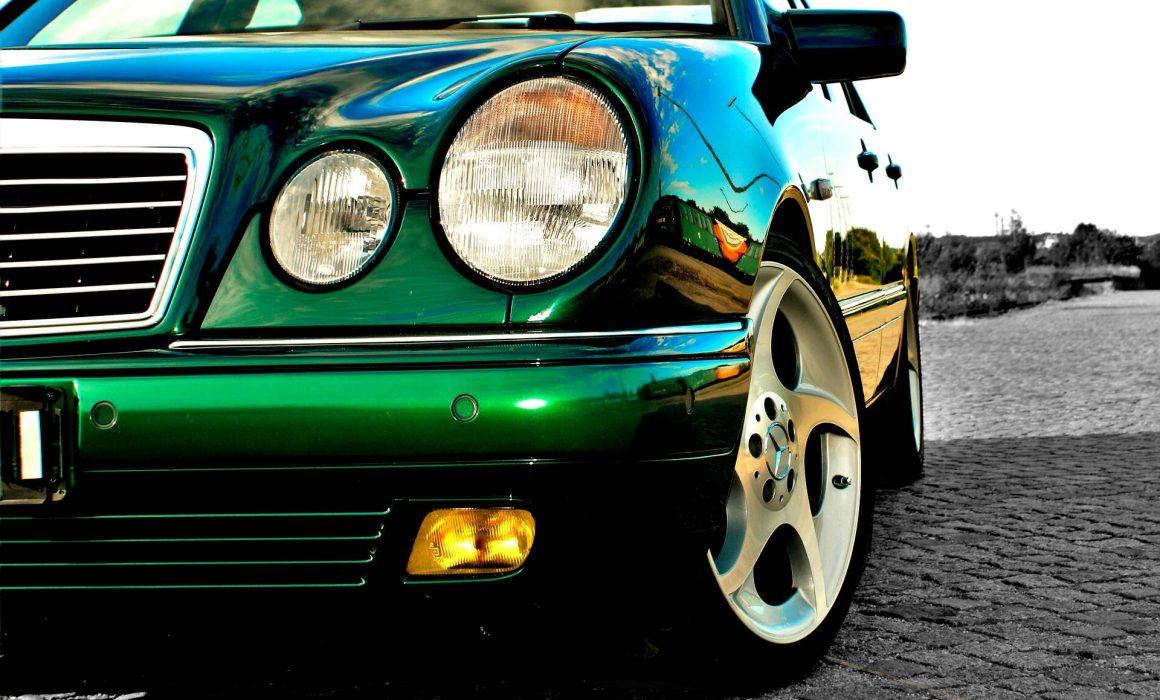 Grüner Mercedes Stockfoto
